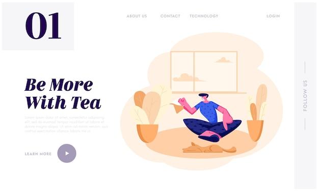 Молодой человек сидит на полу с чайником в руках в домашнем интерьере, отдыхая