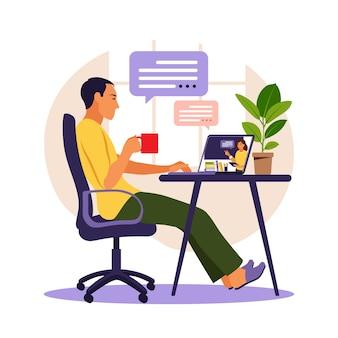 若い男はコンピューターで勉強します。オンライン学習の概念。