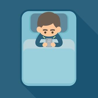 若い男がベッドの中でスマートフォン上のテキストを使用して