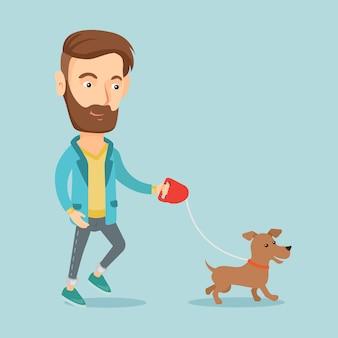 Молодой человек гуляет со своей собакой.