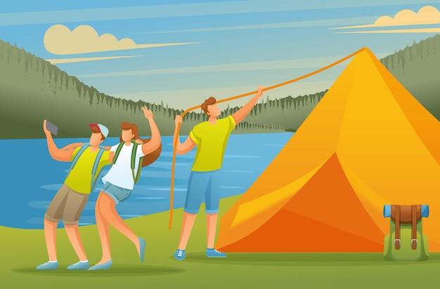 젊은이들은 숲에서 활발하게 휴가를 보내고 호수에 텐트를칩니다.