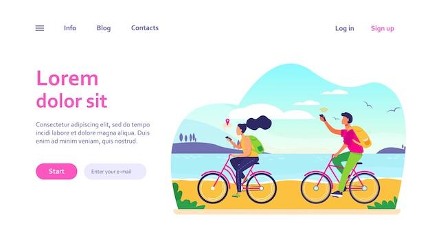 젊은 사람들은 자전거를 타고 스마트 폰을 사용합니다. 탐색, 자전거, 네트워크. 웹 사이트 디자인 또는 방문 웹 페이지에 대한 여행 및 통신 개념