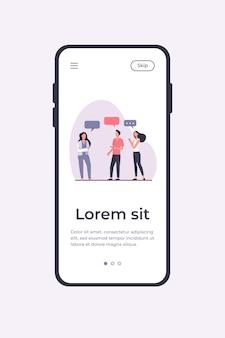 立って話し合う若者たち。吹き出し、スマートフォン、女の子のフラットベクトルイラスト。コミュニケーションとディスカッションのコンセプトモバイルアプリテンプレート