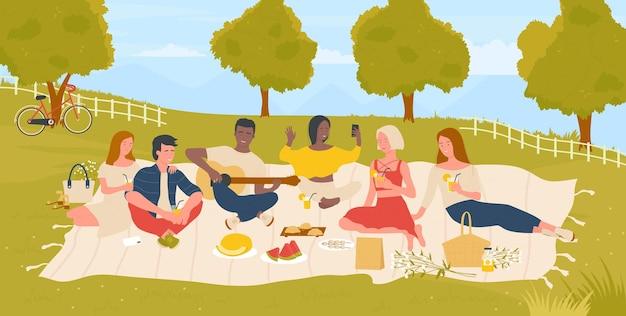 夏の自然緑豊かな公園でピクニックをしている若者の学生幸せな友達は週末を楽しんでいます