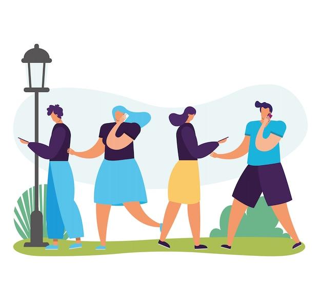 Молодые люди гуляют с помощью смартфонов