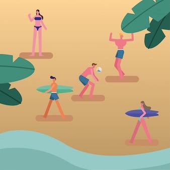 Молодые люди в купальниках гуляют с досками для серфинга и играют в волейбол