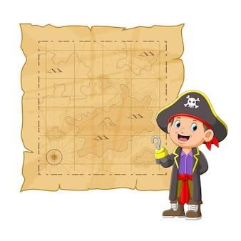 긴 코트를 입은 젊은 해적들은 그림의 보물을 미쳐 버린다.
