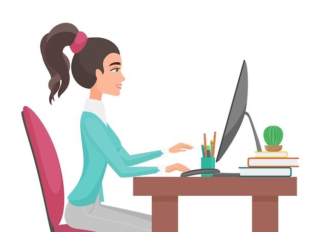 젊은 예쁜 여자는 사무실에서 작동합니다. 테이블 전면보기에 앉아 소녀.