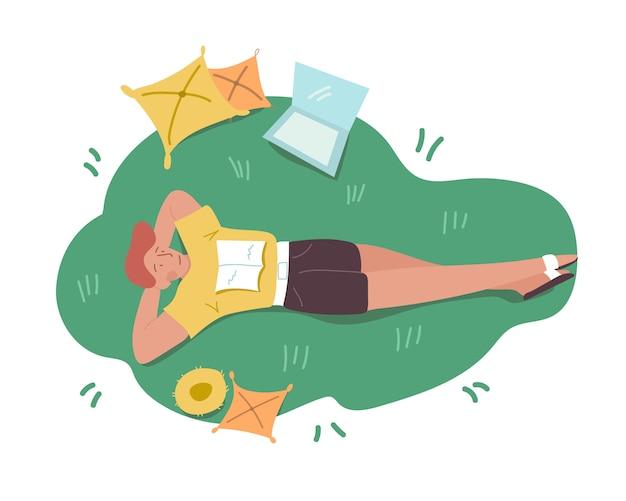 책, 노트북 및 노란색 베개와 푸른 잔디에 누워 젊은 빨간 머리 프리랜서 작업자 학생. 평면도. 기분 전환. 간단한 배경. 컬러 평면 그림 만화.