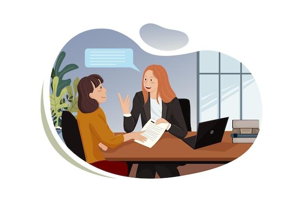 Молодые улыбающиеся деловые женщины работают над новым проектом в офисе