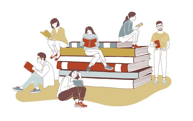 Молодые стильные читатели мужского и женского пола, одетые в модную одежду, сидят на стопке гигантских книг