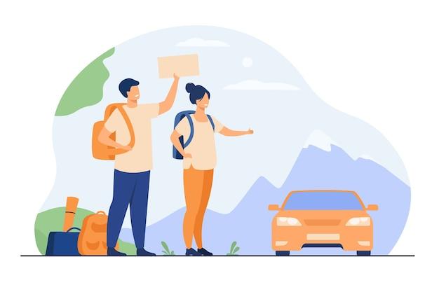 Молодые туристы с рюкзаками, стоящими возле дороги и автостопом изолировали плоскую векторную иллюстрацию. счастливая пара шаржа листая к машине.