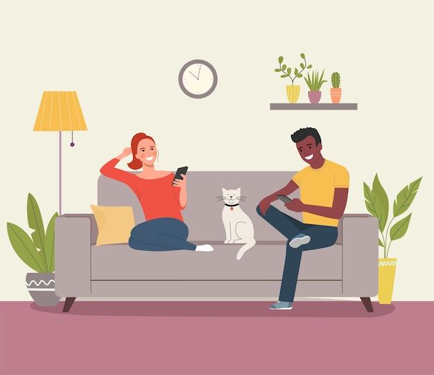 젊은 여자 아프리카 미국 남자는 거실 평면 스타일 일러스트에서 소파에 앉아 스마트 폰과 고양이를 들여다