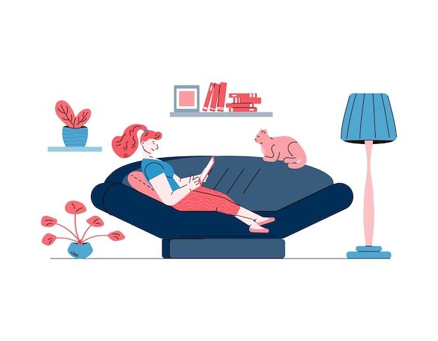 若い女性と猫は、白い背景で隔離のリビングルームのソファでリラックス。居心地の良い家の家具とソファ-平らなイラストの上に横たわるラップトップを保持している漫画の女の子