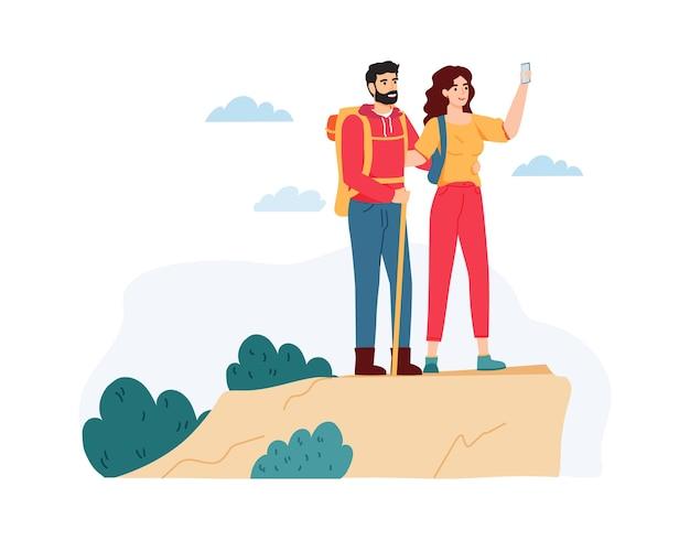 젊은 여자와 남자 산에서 하이킹. 자연에 여름 여행을 갖는 커플.