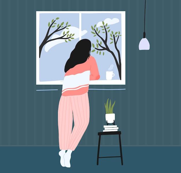 Молодая женщина дома тоска в окне. весенний пейзаж снаружи, голубое небо с облаками и деревьями. уютная розовая пижама. иллюстрация концепции самоизоляции.