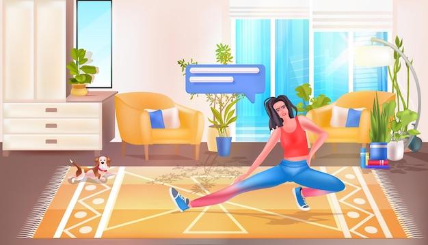 ストレッチ運動フィットネストレーニング健康的なライフスタイルの概念のリビングルームのインテリアをやっている若い女性
