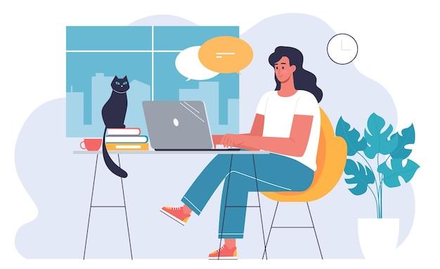 젊은 여성 프리랜서는 집에서 검은 고양이와 함께 일합니다
