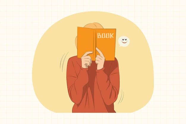 Молодая женщина, держащая и закрывающая лицо книгой