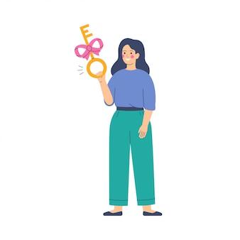 Молодая женщина держит золотой ключик с розовой лентой к своей покупке.