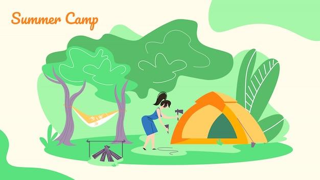 젊은 여성 허 머 스틱 지출에 대 한 텐트를 설정하는 지상에 스틱