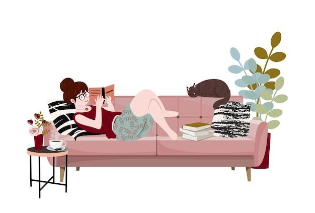 젊은 여자가 그녀의 고양이와 함께 소파에 누워 책을 읽고 있습니다 그녀의 애완 동물과 함께 시간을 보내는 재미있는 소녀 집에서 휴식을 취하는 귀여운 아가씨 책 애호가 독자 문학 팬 플랫 만화 벡터 일러스트 레이션