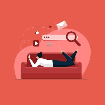 Молодая женщина на диване с помощью мобильного телефона, концепция поисковой системы, новое поколение, обучающееся онлайн