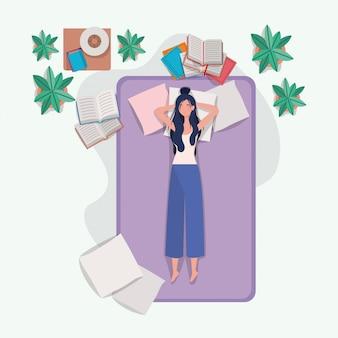 Giovane donna che si distende nel materasso in camera da letto