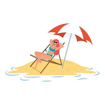 椅子と傘に座っているビーチでリラックスした若い女性