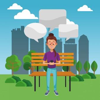 스마트 폰 채팅 공원에 앉아 젊은 여자