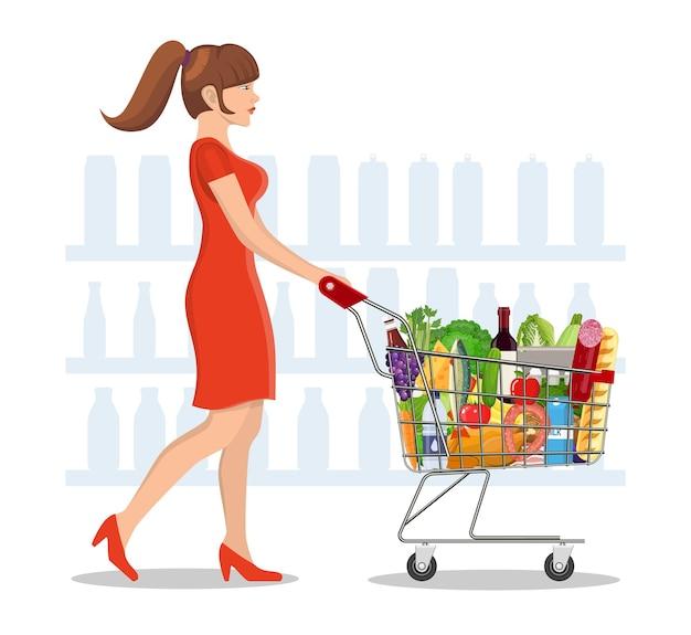 Молодая женщина, делающая покупки для продуктов