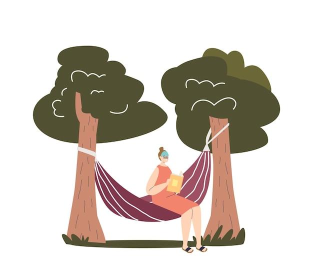 젊은 여성은 해먹에 앉아 정원이나 숲에서 야외에서 책을 읽습니다.