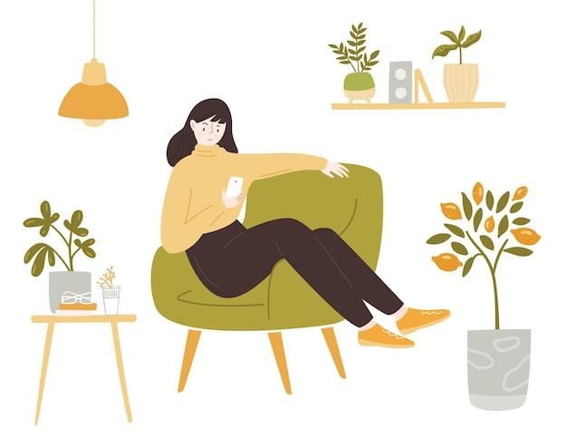 Молодая женщина сидит в кресле с помощью смартфона оставайтесь дома иллюстрации девушка в желтом свитере