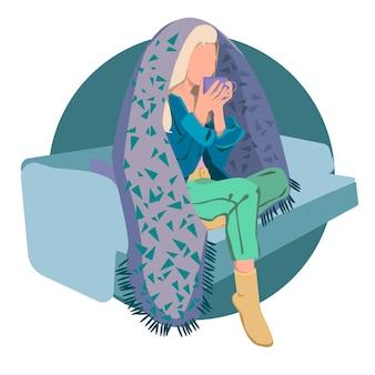 Молодая женщина, сидя на современном стуле, расслабляясь в своей гостиной, пьет кофе или чай