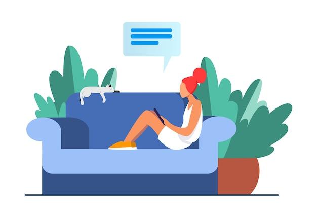 猫とモバイルデバイスが付いているソファーに座っていた若い女性。女の子、チャット、スマートフォンフラットベクトルイラスト。家とリラクゼーション
