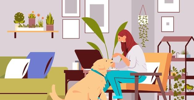 Молодая женщина, проводящая время с собакой-владельцем и милым домашним животным, дружба с домашним животным, интерьер гостиной, горизонтальная полная длина, векторная иллюстрация