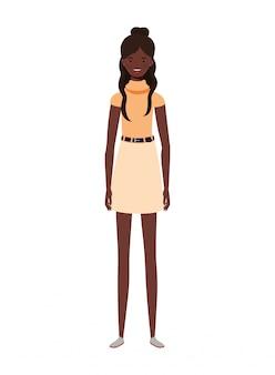 Молодая женщина, стоящая на белом