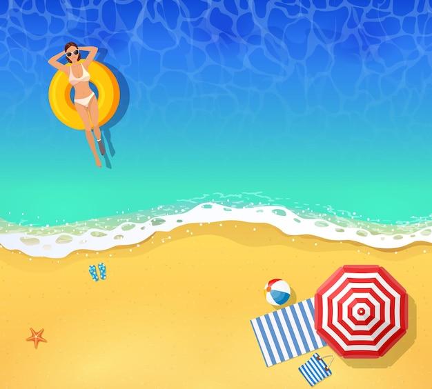 바다 또는 바다에서 수영하는 젊은 여자