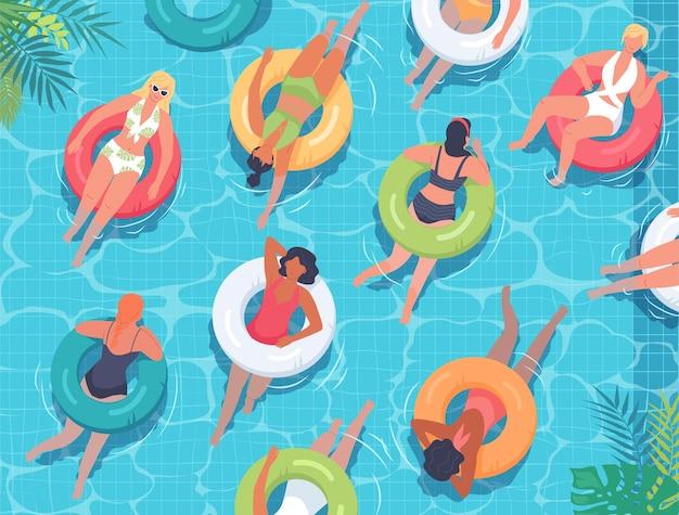 푸른 수영장에서 다채로운 구명부표와 함께 수영하는 젊은 여성