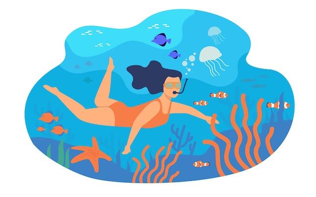 마스크 수중 격리 된 평면 벡터 일러스트와 함께 수영하는 젊은 여자. 다채로운 물고기와 함께 바다에서 다이빙하는 만화 캐릭터.