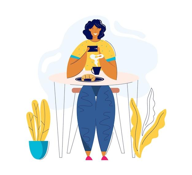 Молодая женщина принимая фото еды с сотовым телефоном. женский персонаж-блогер фотографирует обед в кафе. девушка делает селфи в ресторане.