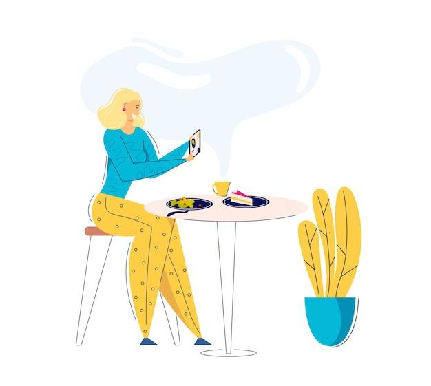 携帯電話で食べ物の写真を撮る若い女性。カフェで昼食を撮影する女性ブロガーキャラクター。レストランで自分撮りをする女の子。