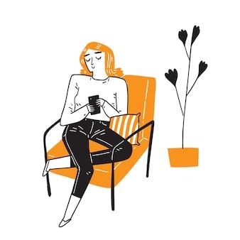 Молодая женщина использует мобильный телефон, который выполняет многие функции компьютера, обычно с сенсорным интерфейсом, доступом в интернет и операционной системой, способной выполнять загрузку.