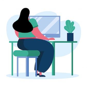 젊은 여자는 집에서 데스크탑 컴퓨터를 사용하여