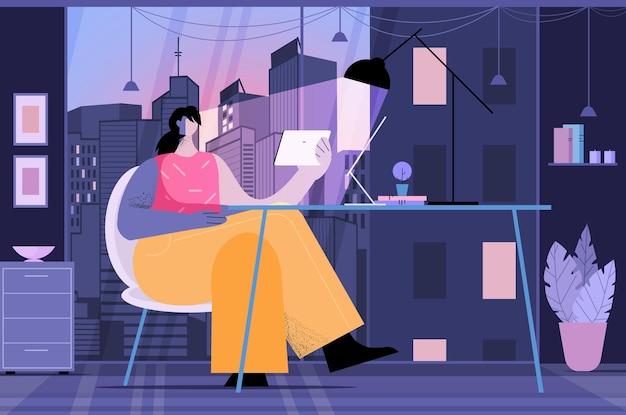 Молодая женщина, использующая планшетный пк, социальные сети, сеть, концепция коммуникации, темная ночь, интерьер офиса, полная длина, горизонтальная векторная иллюстрация