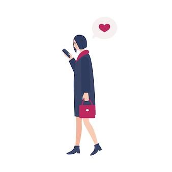 Молодая женщина идет по улице и проверяет интернет-сообщения в социальных сетях на своем смартфоне. человек, увлекающийся гаджетами. герои мультфильмов, изолированные на белом фоне. векторная иллюстрация.