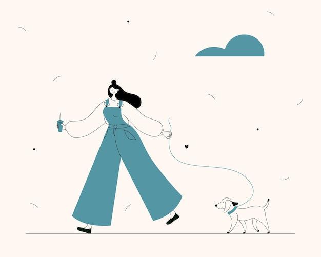 Молодая женщина гуляет с собакой на улице
