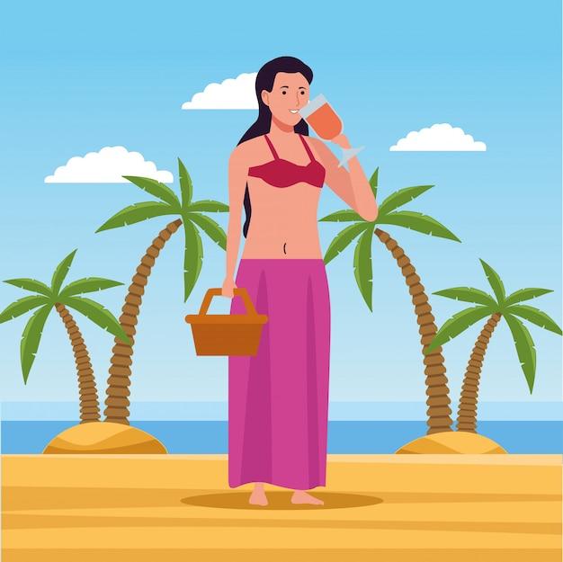 Молодая женщина в купальнике с персонажем корзины, пьющим коктейль