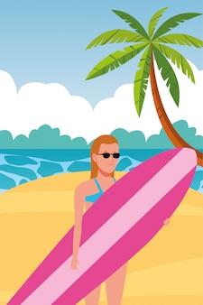 Молодая женщина в купальнике с персонажем доски для серфинга