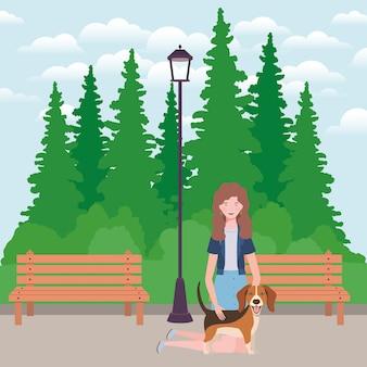 Молодая женщина с милой собакой талисман в парке